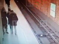 仲間にホームから突き落とされた若者が電車に轢かれて亡くなる。その映像。