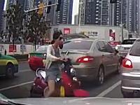 トラフィックを真横に抜けようとしたスクーターの姉ちゃんが(´・_・`)