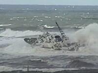 大時化のなか緊急出動する海上保安庁の巡視船。横波をドゴーン!と受けても大丈夫!