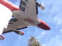航空機から投下された72トンの水を真下でくらってみた動画。747スーパータンカー
