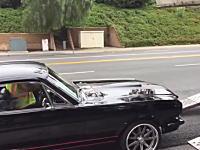 1965年製の貴重なマスタングが(´・_・`)業者のミスで車が壊された悲しい動画。