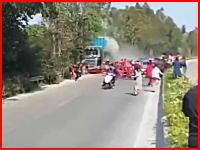 石油トラックがパレードに突っ込む。中国でとんでもない事故が撮影される。