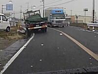 脱輪からの柵なぎ倒し。神戸で撮影されたトラック事故のドラレコ車載。
