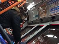 やばい人がバスの中で暴れてる。ツイッターに投稿された少年をボコるおばさんの映像が話題。