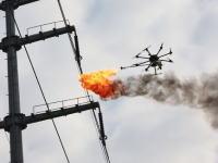 中国の電力会社が火炎放射ドローンを開発し電線の保守に活用するらしい動画。