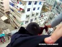 まさに命がけ。飛び降り自殺しようとしている女性を助ける警察官たちがすごい。