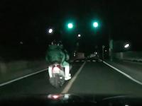 警察の真似事をして不審者を大追跡。逃走するバイクにベタ付け鬼クラクションの無茶苦茶運転。