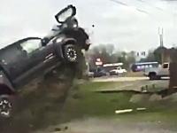 警察に追われたピックアップトラックが土手でめちゃくちゃ飛んでったwww
