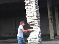ロシアの子供が超危険な遊びをしているんだけど(((゚Д゚)))建物を支える柱を壊してみた。