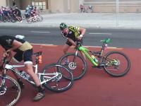 自転車レース中にもの凄い強い風が吹くとwwwこれは大変そうだけどワラウwww