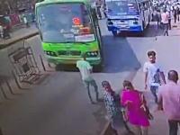 歩きスマホが原因でバスにぶっ飛ばされてしまった男性のビデオ(@_@;)