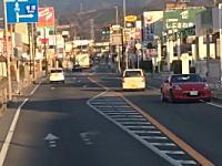 覚醒剤か?神奈川県の国道246号線でキ●ガイ運転な軽自動車が撮影される。