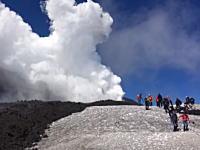 イタリアのエトナ山がカメラの目の前で突然噴火(動画)10人が巻き込まれて負傷。