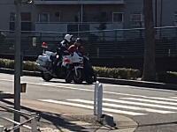 白バイ「免許みせて」原付「ない」神戸で撮影された白バイから堂々と逃走する原付w