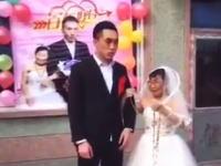 札束wwwww結婚式の最中に新郎に札束を渡して機嫌を取る花嫁wwww