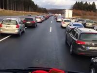 心が温かいドイツ。救急車の為にビシーッ!っと道が開けられるドイツの高速道路。
