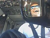 強い風の中着陸するボーイング737のパイロットが操縦輪を忙しく操作している様子。