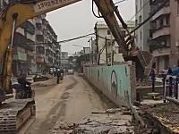 中国の解体現場でとんでもない事故が撮影される。ひどすぎない?(´・_・`)