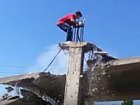 あぶねえwwwロシア流の解体方法が危険すぎ動画。崩れた屋根に飛び移れてセーフww