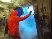 大荒れの海で作業する漁師さんの信じられないほど困難なお仕事ビデオ。