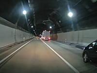 落下物の恐怖ドラレコ。トンネル内で車線を防ぐような大きな落し物が。