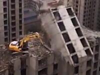 中国の安全基準はどうなってるの?(°_°)中国の高層ビル解体の様子が恐ろしい。