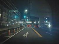 横転させ逃げか?左車線からの急な右折で後続車を横転させた事故。
