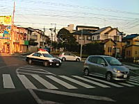 わき見運転?埼玉でパトカーが先行者に突っ込むという珍しい事故が撮影される。