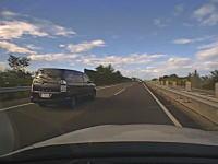 前の車に何が起きた?北陸道で横転したハイエースに突っ込んでしまうドラレコ。