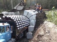 世界のはたらく車。ローラー付きの特殊な車両を使った面白いトンネルの作り方。