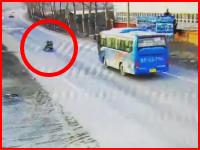 最悪のタイミングで転倒した二人乗りバイクがバスに踏まれてしまう衝撃映像。