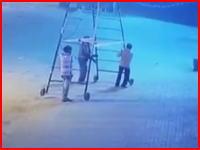 このパターン多いな。運んでいた梯子が電線に触れて感電死(インド)