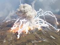 ウクライナの武器庫大爆発の現場をドローンで空撮。まだまだ爆発してる(°_°)