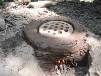 【例の人】白アリの塚から採取した粘土で陶器をつくる。もちろん窯も手作りで。