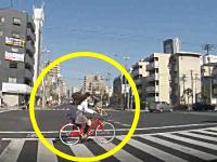 この女子高生が2秒後にはねられます。信号無視したトラックに2台の自転車がはねられるドラレコ。