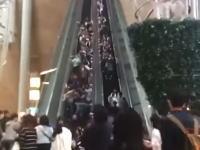 香港で起きたエスカレーター逆流事故の映像が怖い。乗っていた人が折り重なり18人が怪我。