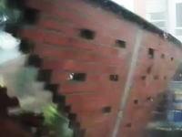 大惨事の瞬間。コロンビアで大きな壁が強風によりなぎ倒されてしまう瞬間が撮影される。