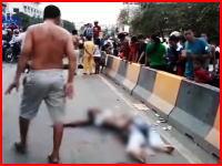 ボコられているのは運転手か?超速の逆走車がバイクに突っ込み3人を死なせた現場。