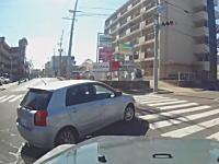 「直進車線から右折はやめて」投稿したうp主のが運転がおかしいと叩かれているドラレコ。