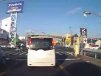 指名手配犯!?貝塚市で撮影された超速で信号突破する逃走車両と追いかける警察。