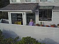 ドローンで隣人トラブル。物を投げて撃墜しようとしてくるおばちゃん(´・_・`)