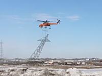 空飛ぶクレーンが組み立てられた送電鉄塔をそのまま吊り上げて運ぶ。シコルスキーS-64