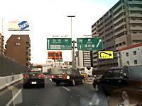 これは酷すぎる!阪神高速で発生したタクシーとビッグスクーターの事故がひどい。