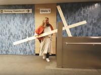 おいジーザスwwwワロタwwwジーザスの処刑が2017年だった場合起こりうる事故の映像。