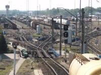 複雑な分岐で振り分けられていく貨物車両のビデオ。北カフカース鉄道。