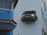 ビルの壁から車がコンニチワしてる(´・_・`)つかどんだけモロい壁なんだよ?