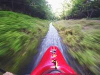 カヤックで細い排水路を猛スピードで滑り下りる。ドレインカヤッキング。
