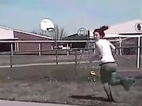 車を乗り捨てて逃走した女を警官が轢き殺す。ダッシュカム映像が公開される。