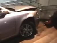韓国で飲酒運転で事故を起こした運転手が車を急発進させ地下への階段に突っ込む。