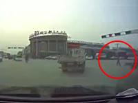 中国で撮影された走行中のトラックの目の前に転がるという自殺の方法。